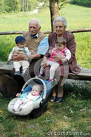 Abuelos con los nietos