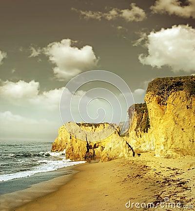 Acantilados de la línea de la playa en luz de oro