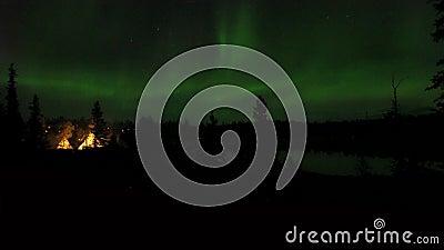 Acción en vivo en tiempo real, no tiempo en tiempo real Aurora borealis o luces del norte observadas en Yellowk metrajes