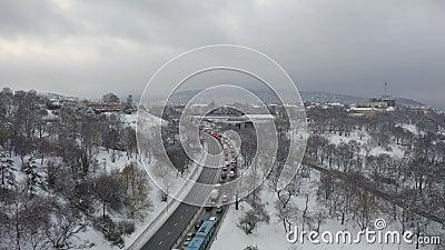 Accident, embouteillage, boulevard budmeileur, rue Hegyalja, hongrie Trafic courant tous les jours de la semaine banque de vidéos