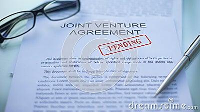 Accord en participation en suspens, main emboutissant le joint sur le document d'entreprise clips vidéos