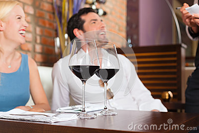 Accouplez le vin rouge potable dans le restaurant ou le bar
