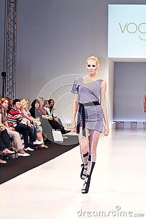 Accumulazione dei vestiti di moda Immagine Stock Editoriale