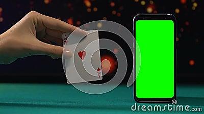 Ace van harten dichtbij groene het schermsmartphone, het winnen combinatie, online casino stock video