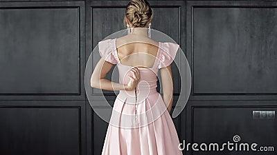 Achteraanzicht sexy luxe vrouw die zich in de avondjurk voor elegantie presenteert op oude studio-achtergrond stock footage