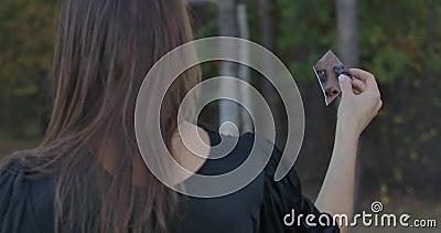 Achteraanzicht van een Kaukasisch meisje met fragmentatie van gebroken spiegel Haar gezicht reflecteert in de barst Mysterieuze v stock videobeelden