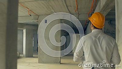 Acionista que inspeciona a construção Homem de negócios no capacete de segurança dentro do progresso de exame da construção do ca video estoque
