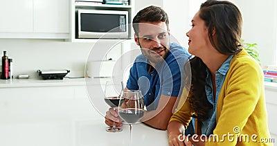Acople a interação um com o otro ao comer vidros do vinho tinto na cozinha vídeos de arquivo