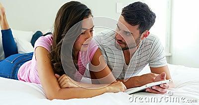 Acople a interação um com o otro ao usar a tabuleta digital no quarto vídeos de arquivo