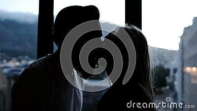 Acople o beijo ao estar perto da janela 4k video estoque