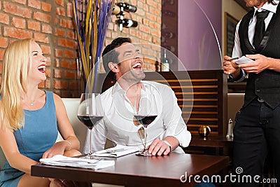 Acople o vinho vermelho bebendo no restaurante ou na barra
