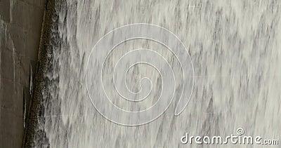 Acqua che precipita a cascata giù il canale di scarico di diga video d archivio