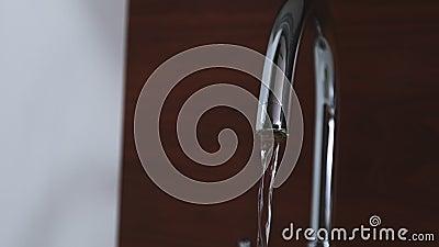 Acqua che scorre dal rubinetto aperto stock footage