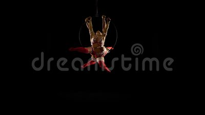 A acrobata dois aérea na cena l executa os elementos acrobáticos Fundo preto filme