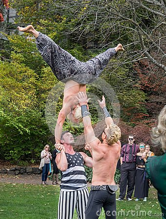 Free Acrobats In The Park Stock Images - 109689204
