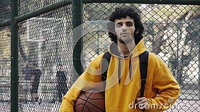 Action 1 de jeu de sport de streetball de basket-ball de jeu de jeune homme clips vidéos