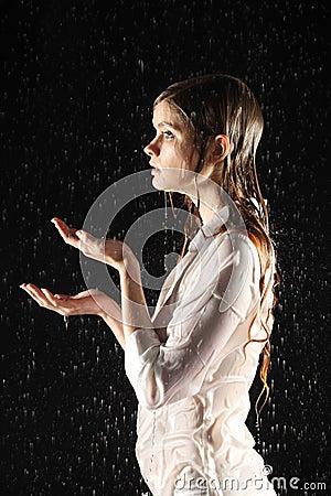 Actitud atractiva mojada de la muchacha, agua del retén