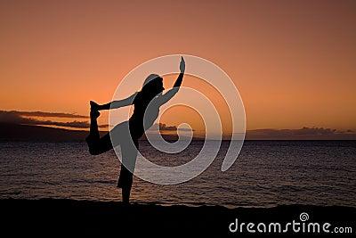 Actitud de la yoga en la puesta del sol