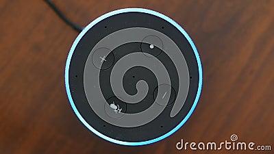 Activación azul del botón del anillo del altavoz de la opinión superior de la inteligencia artificial del control auxiliar elegan almacen de metraje de vídeo