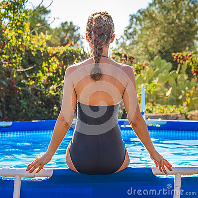 Free Active Woman Sitting In Blue Swimsuit On Swimming Pool Royalty Free Stock Photos - 89885428