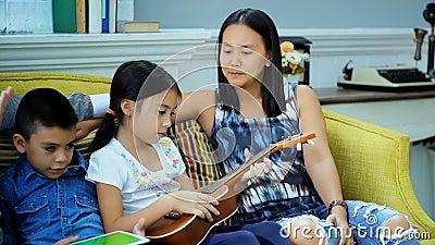 Activiteit in vrijetijdsbesteding van gelukkige familie stock video