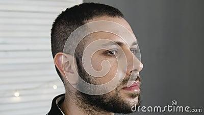 Actor barbudo del hombre mientras que consigue maquillaje almacen de metraje de vídeo