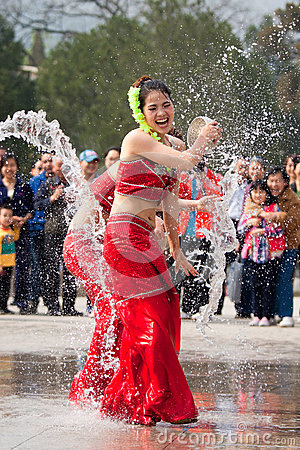 Free Actresses Performing In The Water-splashing Festival Stock Images - 71346194