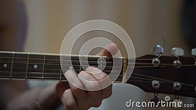 Acustik gitarr som lär ackord lager videofilmer