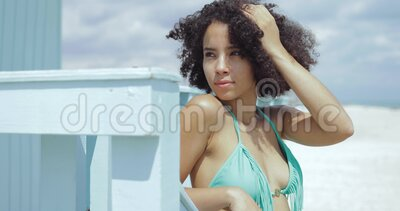 Adatta una ragazza nera in costume da bagno archivi video