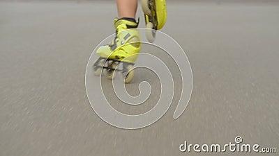 Addestramento estremo di sport del bambino di rollerblades di funzionamento di velocità video d archivio