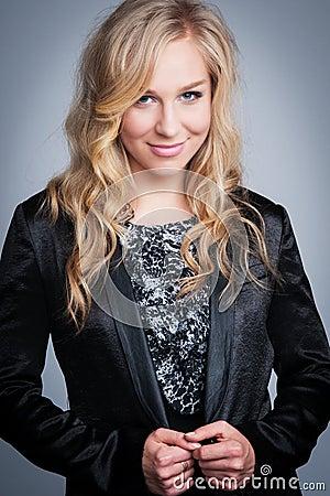Ładna Blond kobieta w Czarnej kurtce