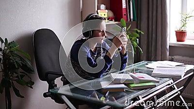Ado écoutant la musique avec des écouteurs banque de vidéos