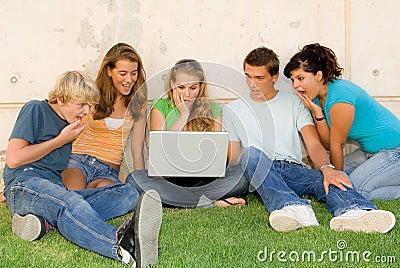 Adolescencias dadas una sacudida eléctrica con la computadora portátil