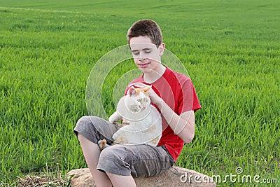 Adolescent avec un chat