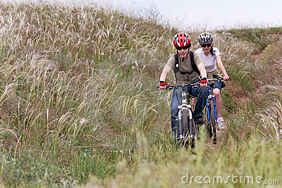 Adolescent sur le vélo de montagne