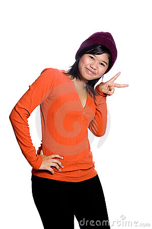 Adolescente asiático que mostra o sinal de paz,