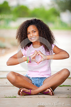Adolescente bastante afro