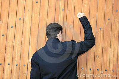 Adolescente batendo a porta