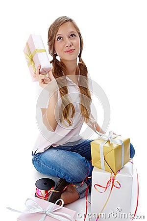 Adolescente com presentes