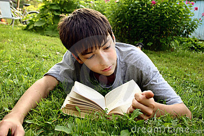 Adolescente con el libro