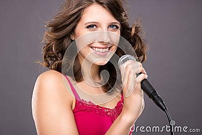 Adolescente con il microfono