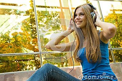 Adolescente con los auriculares
