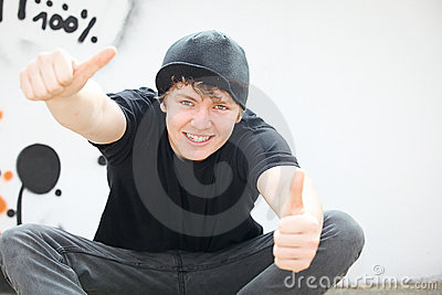 Adolescente con los pulgares para arriba