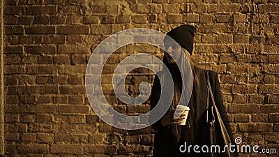 Adolescente da menina na rua no café bebendo e na espera da noite video estoque