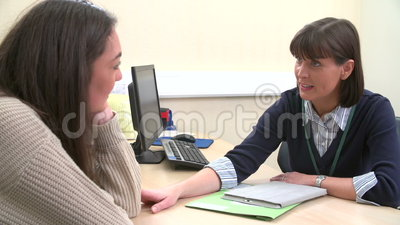 Adolescente deprimido que habla para doctor a In Surgery almacen de metraje de vídeo