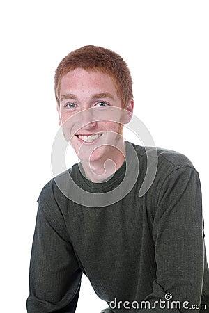 Adolescente dirigido vermelho com um sorriso grande