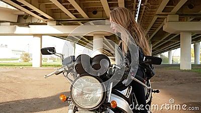 Adolescente em Casaco de Couro na Moto Negra Biker Girl Sentada Na Moto Feche a bela moto filme