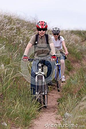 Adolescente en la bici de montaña