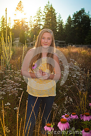 Adolescente en un paisaje suburbano o rural