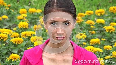 Adolescente fêmea no prado da flor vídeos de arquivo